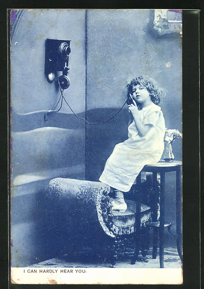 AK Kleines Mädchen sitzt mit dem Telefonhörer in der Hand auf einem Tisch