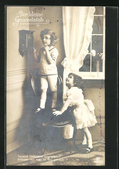 AK Mädchen betrachtet den kleinen Bruder am Telefon