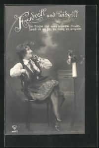 AK Junge Dame sitzt auf einem Stuhl und telefoniert mit ihrem Liebsten