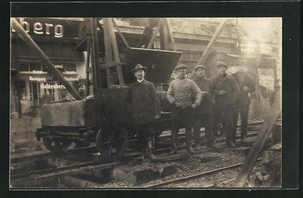 Foto-AK Strassenbau-Arbeiter an einer Lore