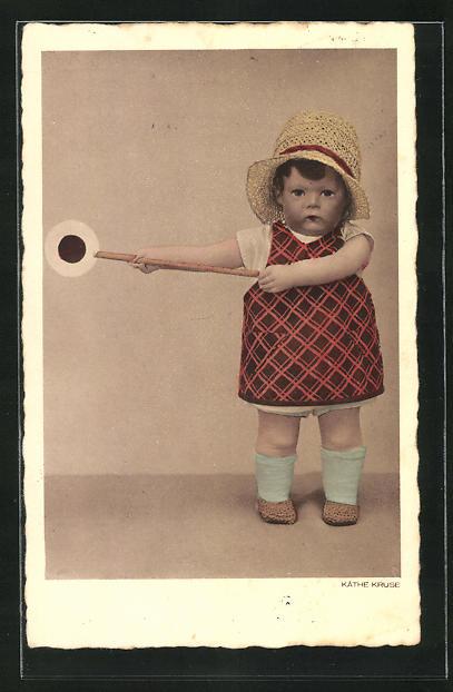 AK Käthe Kruse-Puppe mit Haltezeichen