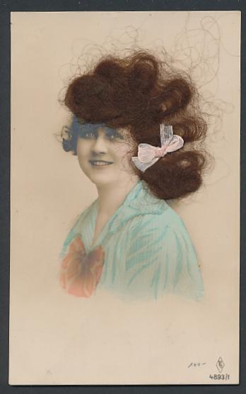 Echt-Haar-AK Junge Frau mit rosa Schleife im brünetten Haar