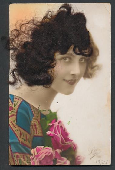 Echt-Haar-AK Schöne Frau mit dunklem gelocktem Haar