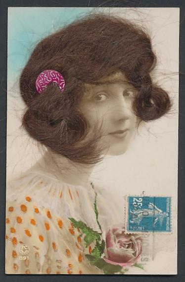 Echt-Haar-AK Schöne junge Frau mit welligem braunem Haar