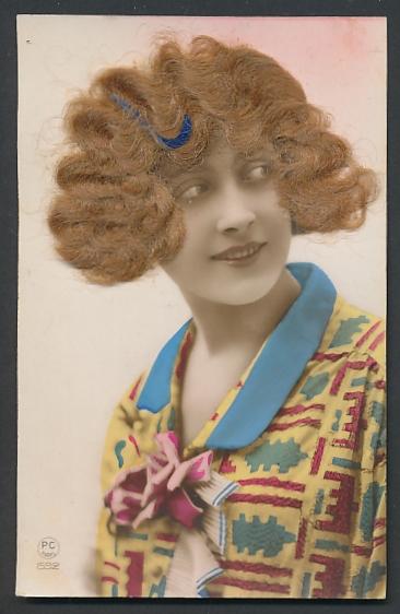 Echt-Haar-AK Schöne junge Frau mit blondem gewelltem Haar