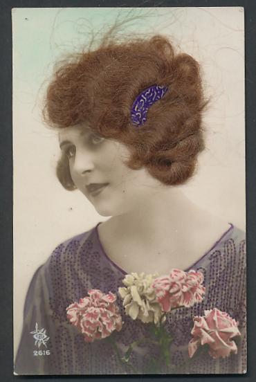 Echt-Haar-AK Schöne Frau mit brünettem Haar und Nelkenstrauss