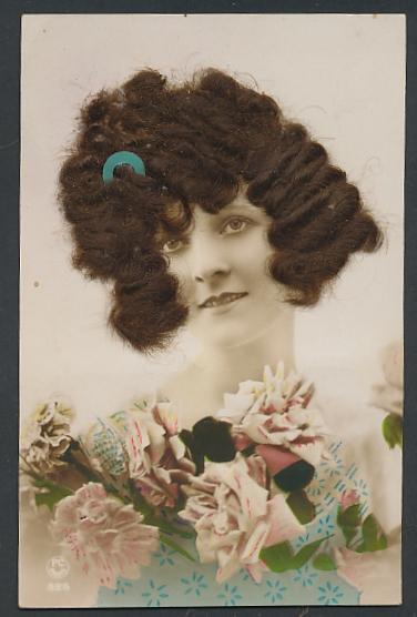 Echt-Haar-AK Schöne Frau mit brünettem gelocktem Haar