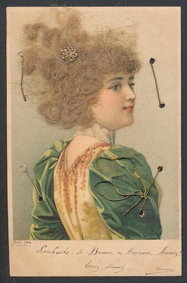 Echt-Haar-AK Junge Schönheit mit blongelocktem Haar in grün-gelber Robe