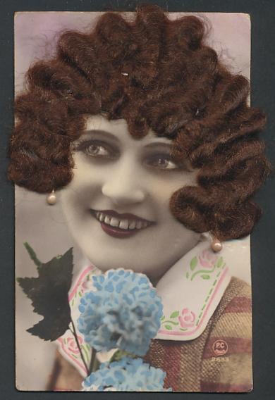Echt-Haar-AK Hübsche Frau mit brünetten Locken und Perlohrringen