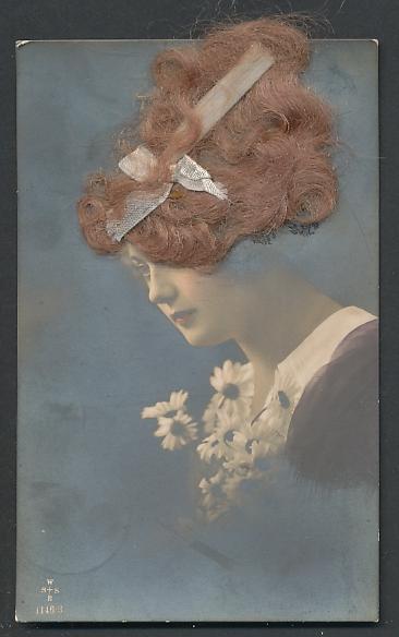 Echt-Haar-AK Blongelockte Schönheit mit Schleife im Haar und einem Strauss Margeriten