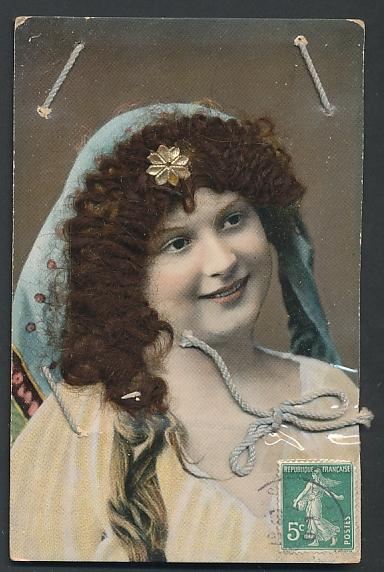 Echt-Haar-AK Schöne Frau mit Kopftuch über ihren brünetten Locken