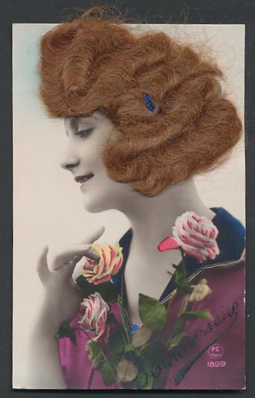 Echt-Haar-AK Schönheit mit rotgelocktem Haar und Rosenstrauss
