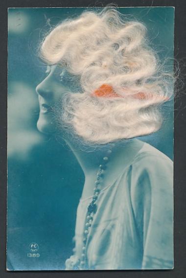 Echt-Haar-AK Elegante Dame mit platinblonden Haaren und Halskette