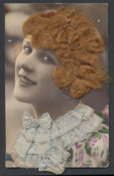 Echt-Haar-AK Schöne junge Frau mit rötlichen Locken und Kragen aus blauem Stoff