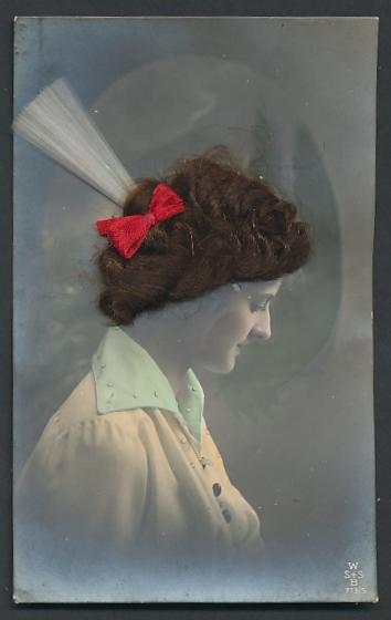 Echt-Haar-AK Schöne mit roter Schleife und Federschmuck im brünetten Haar