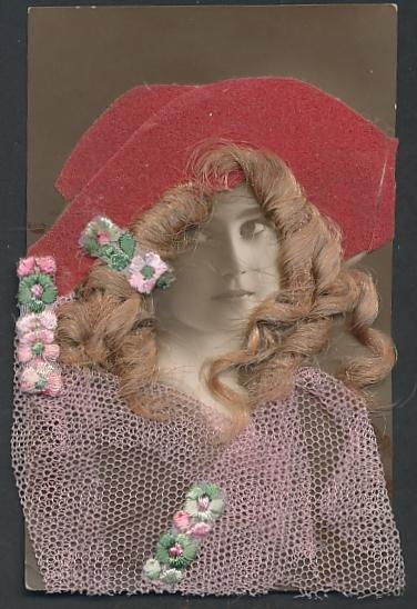 Echt-Haar-AK Schöne mit rotem Hut auf ihren blonden Locken