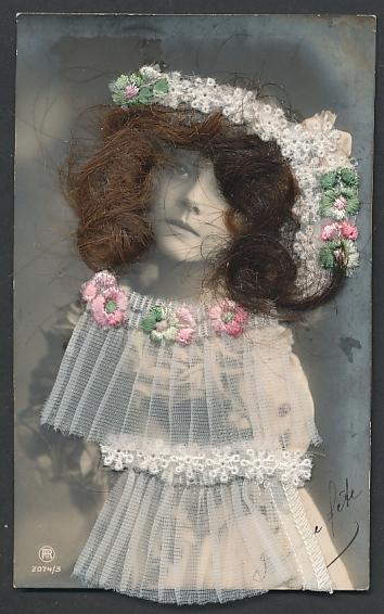 Echt-Haar-AK Mädchen mit braunen Locken und Kleid aus Tüll