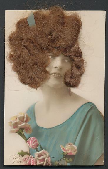 Echt-Haar-AK Hübsche junge Frau mit braunen Locken 0