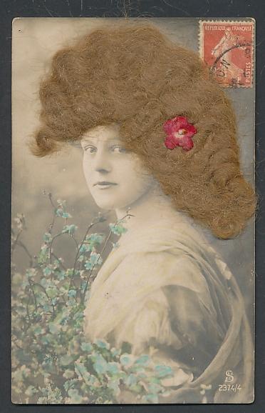 Echt-Haar-AK Hübsche junge Frau mit blonden Locken