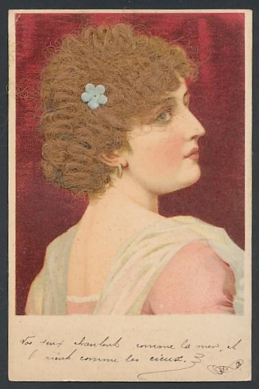 Echt-Haar-AK Hübsche junge Frau mit dunkelblonden Locken und Blume im Haar