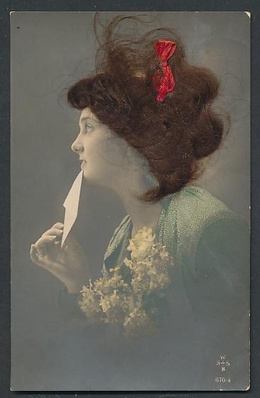 Echt-Haar-AK Frau mit roter Schleife im brünetten Haar