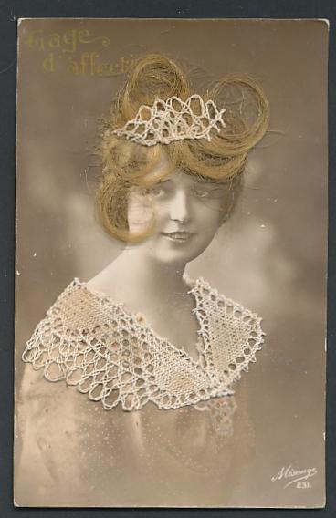 Echt-Haar-AK Schöne Blonde im Kleid mit Spitzenkragen