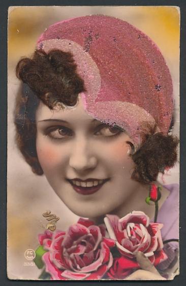 Echt-Haar-AK Dame mit roter Haube auf ihrem brünetten Haar