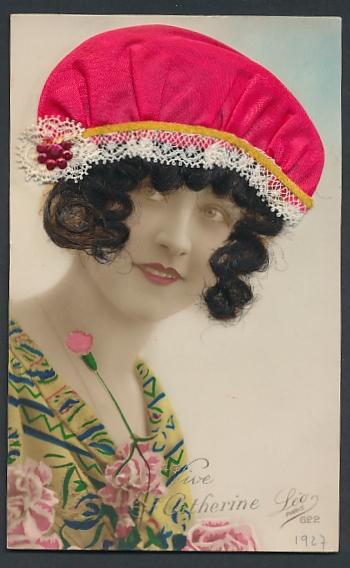 Echt-Haar-AK Vive Ste. Catherine, Frau mit dunklen Locken unter ihrer roten Haube