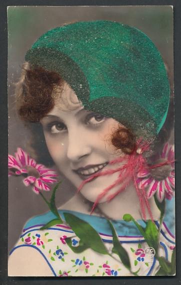 Echt-Haar-AK Schöne Frau mit braunen Locken unter ihrer grünen Haube