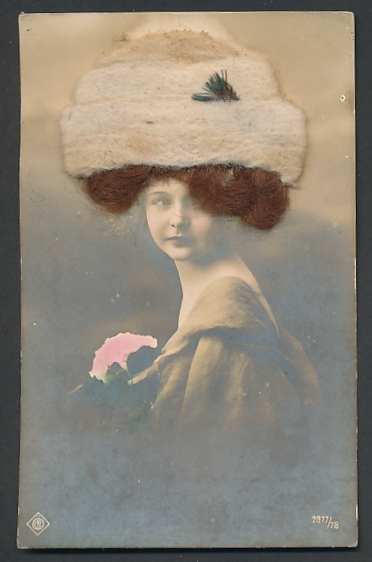 Echt-Haar-AK Schöne Frau mit braunem Haar und heller Wollmütze
