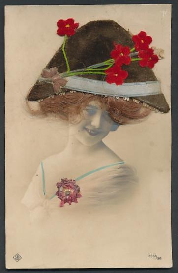 Echt-Haar-AK Schöne Frau mit Filzhut auf ihrem braungelockten Schopf
