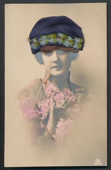 Echt-Haar-AK Schöne junge Frau mit blauem Hut auf ihrem braungelockten Haar
