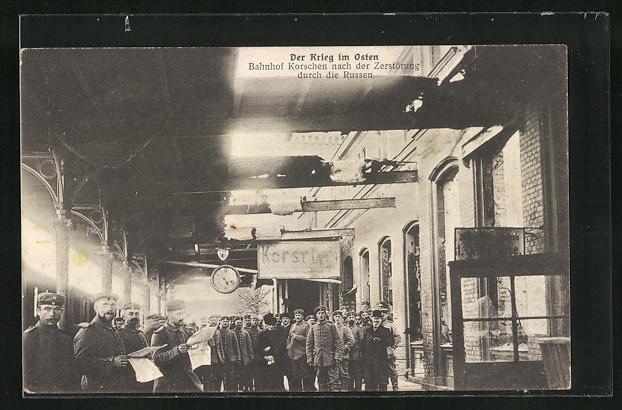 AK Korschen, Bahnhof nach der Zerstörung durch die Russen, Soldaten auf dem Bahnsteig