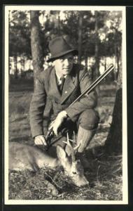 Foto-AK Jäger mit Flinte und erlegter Rehbock