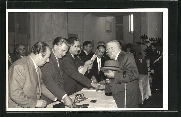 Foto-AK Meran, Briefmarken-Ausstellung 1957, Übergabe der grossen Medaille