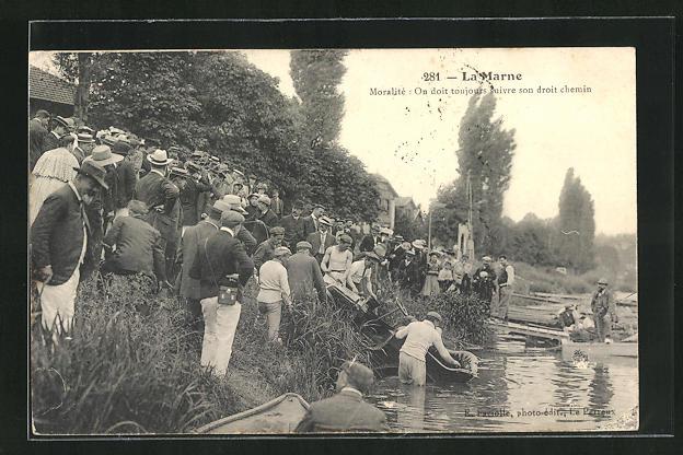 AK La Marne, Bergung eines in den Fluss gestürzten Autos