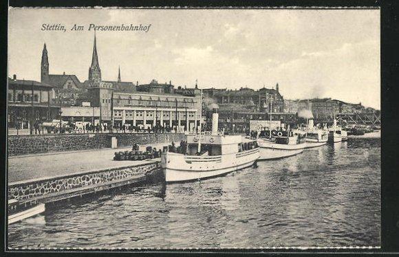 AK Stettin, Dampfschiffe am Quai und Blick zum Personenbahnhof