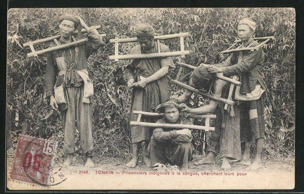 AK Tonkin, Prisonniers indigènes à la cangue, cherchant leurs poux, Häftlinge mit Schandkragen