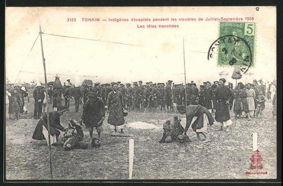 AK Tonkin, Indigènes décapités, nach einer Enthauptung 1908