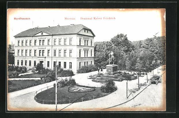 AK Nordhausen, Museum, Denkmal Kaiser Friedrich mit Blumenanlage