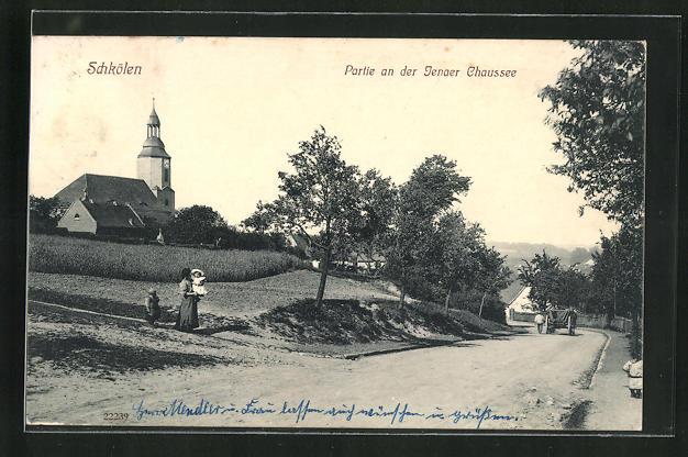 AK Schkölen, Partie an der Jenaer Chaussee, Blick auf Kirche und Feld
