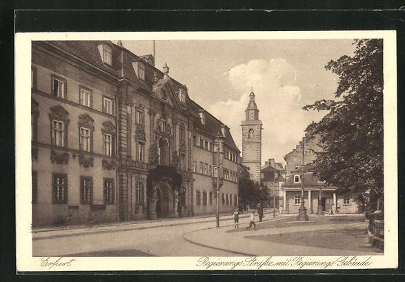 AK Erfurt, Regierungs Strasse mit Regierungsgebäude, Blick auf Kirchturm