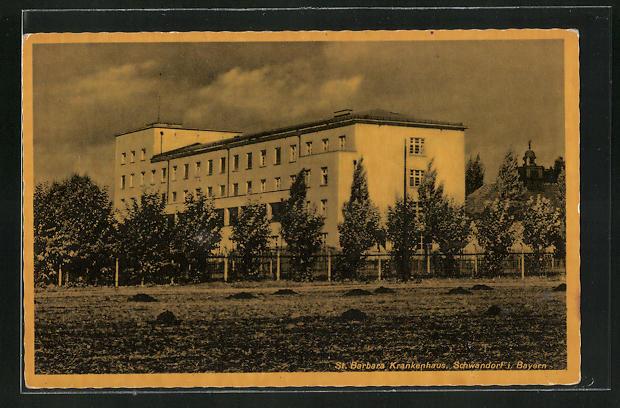 AK Schwandorf i. Bayern, St. Barbara Krankenhaus, Eckfassade vom Feld aus