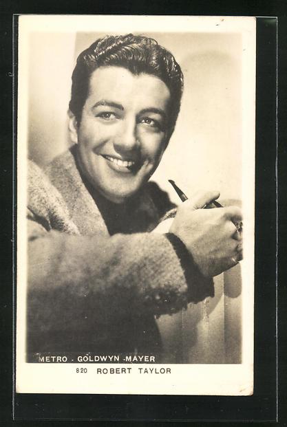 AK Schauspieler Robert Taylor lächelnd mit einer Pfeife in der Hand