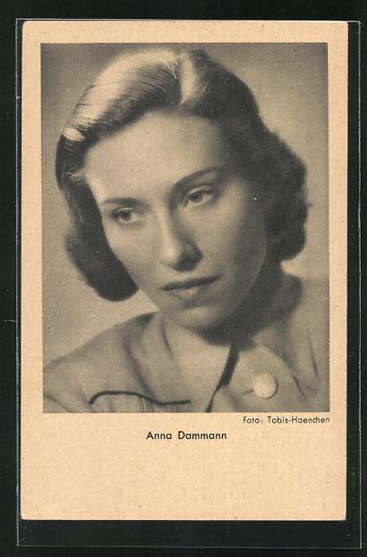 AK Schauspielerin Anna Dammann nachdenklich nach unten blickend