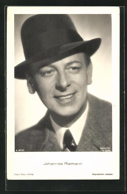 AK Schauspieler Johannes Riemann mit Hut zur Seite lächelnd