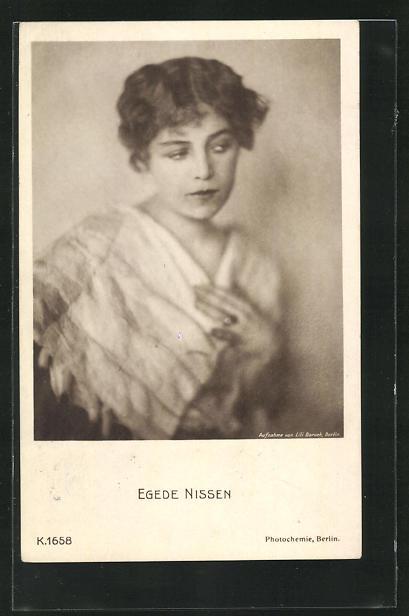 AK Schauspielerin Egede Nissen im Kostüm einer Rolle