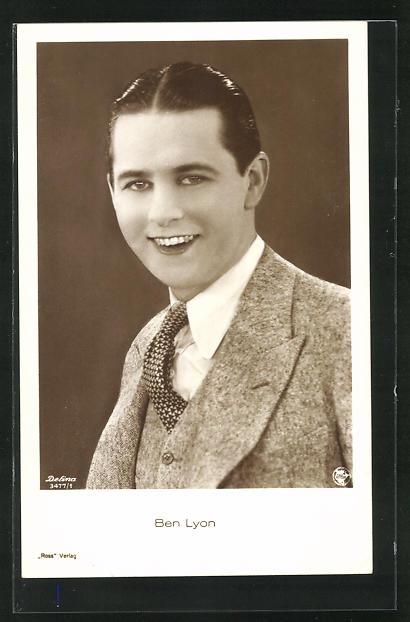 AK Schauspieler Ben Lyon im Anzug in die Kamera lächelnd