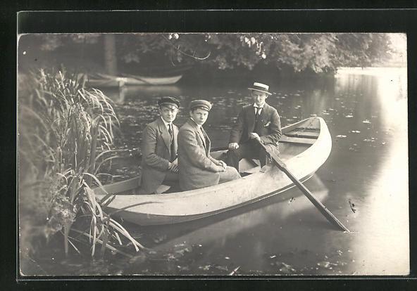 Foto-AK Junge Männer im Ruderboot auf einem See