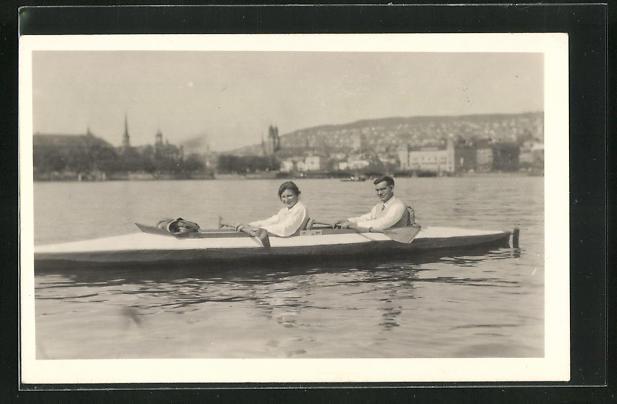 AK Paar rudert in einem Boot auf dem See